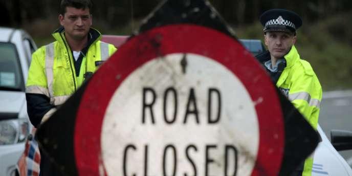 Des policiers bloquent l'accès à la mine où a eu lieu l'explosion, samedi 20 novembre 2010.