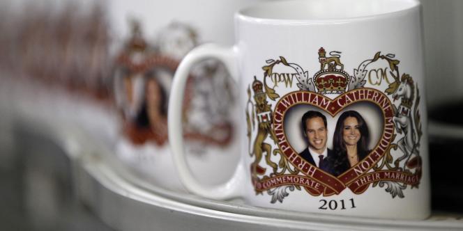 Des tasses à la gloire du prince William et de Kate Middleton.