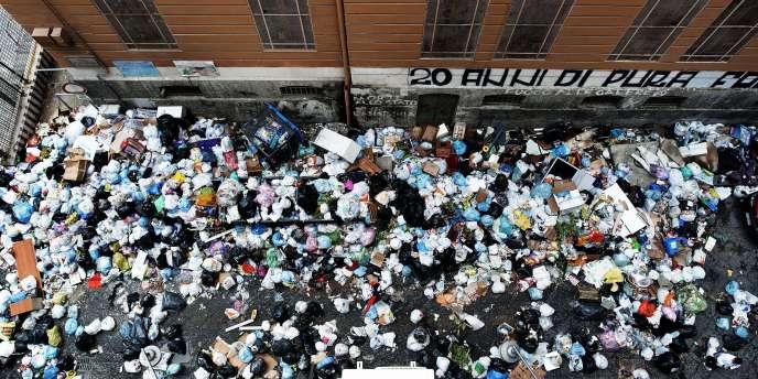 Des milliers de tonnes de déchets s'entassent dans les rues de la troisième ville d'Italie en dépit des protestations des habitants.