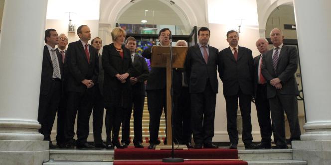 Sous le feu des critiques après l'annonce d'une aide internationale de plusieurs dizaines de milliards d'euros, le premier ministre irlandais a indiqué, lundi 22 novembre, que le Parlement sera dissous en janvier.