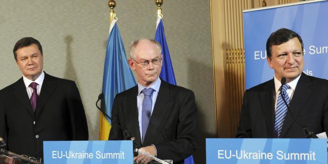 Le président ukrainien Viktor Ianoukovitch (à gauche), le président du Conseil européen Herman Van Rompuy (au centre) et José Manuel Barroso, le président de la Commission, lors de la conférence de presse du 22 novembre 2010 à Bruxelles.