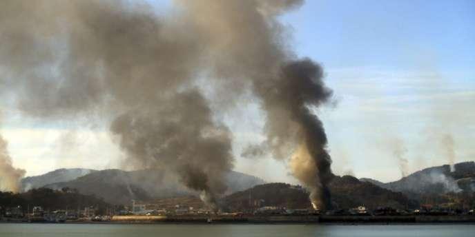 D'abondantes fumées s'élèvent de l'île de Yeonpyeong après des tirs d'obus nord-coréens, mardi matin.