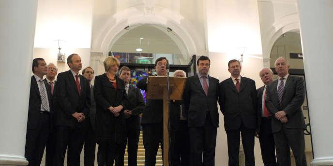 Le premier ministre Brian Cowen (au pupitre, au centre) s'adressant à la presse lundi 22 novembre.