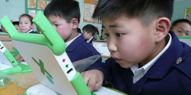 Un enfant apprend à utiliser un ordinateur à 100 dollars en Mongolie dans le cadre du projet un ordinateur par enfant.