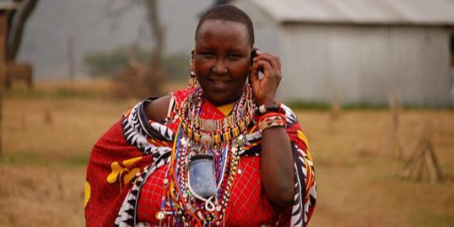 La responsable d'une école primaire Masaï en train de téléphonée photographiée au Kenya