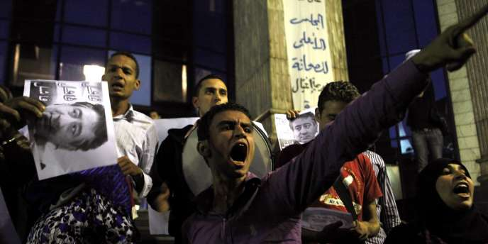 Des manifestants dénoncent les fraudes électorales et crient des slogans contre le gouvernement, lundi, au Caire.