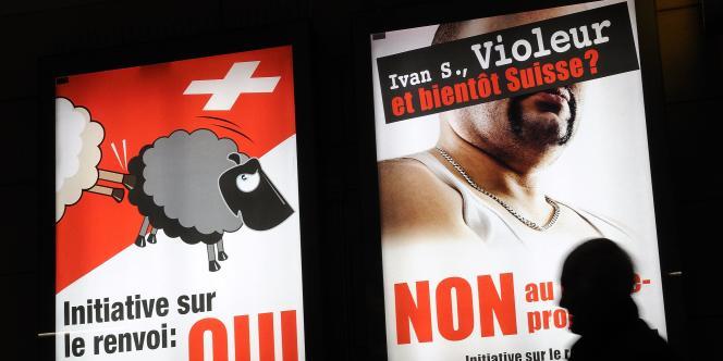 Deux affiches électorales du parti nationaliste suisse UDC en faveur du renvoi des étrangers délinquants, à Lausanne, le 24 novembre 2010.