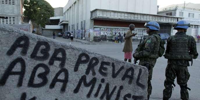 Selon des responsables haïtiens, les premiers cas sont apparus mi-octobre sur les bords d'un affluent du fleuve Artibonite, à proximité de la base des casques bleus de la Mission de l'ONU en Haïti.
