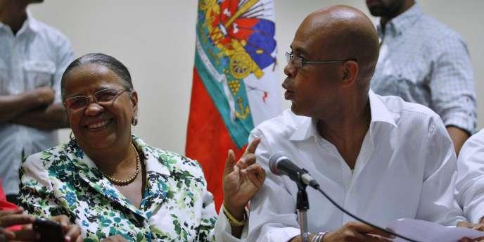Deux candidats à l'élection présidentielle haïtienne, Mirlande Manigat (à gauche) et Michel Martelly, lors d'une conférence de presse à Port-au-Prince, le 28 novembre 2010.