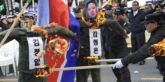 Des vétérans sud-coréens brûlent des effigies du leader nord-coréen Kim Jong-il et de son fils Kim Jong-un, à Séoul, le 29 novembre 2010.