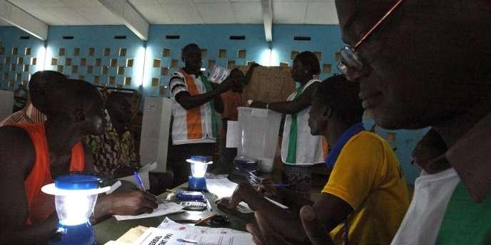 Décompte des bulletins à Gagnoa, dans l'ouest de la Côte d'Ivoire, le 28 novembre 2010.