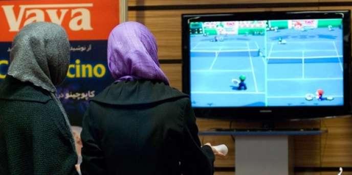 De jeunes Iraniennes jouent à la Wii, la console de Nintendo.