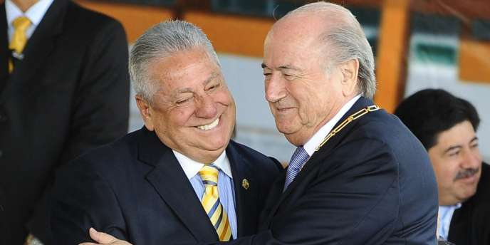 Sepp Blatter (à droite) salue le président de la Fédération équatorienne à Quito le 22 novembre.