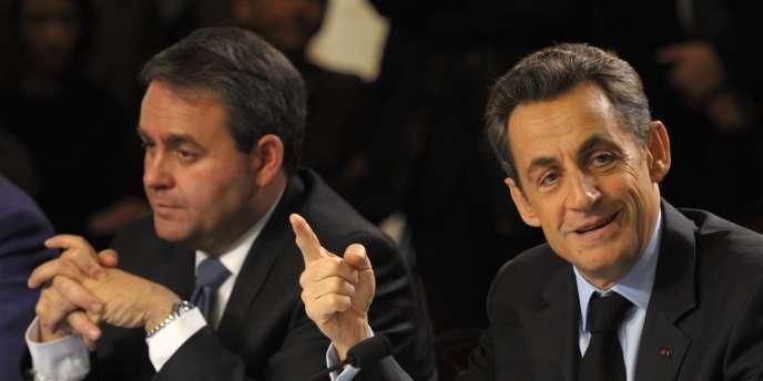 Xavier Bertrand, ministre du travail et de la santé, et Nicolas Sarkozy lors de la table ronde organisée à Orbec avec les représentants de la médecine de proximité, le 1er décembre.