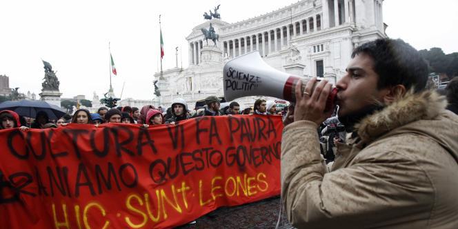 Plusieurs milliers d'étudiants italiens se sont réunis à Rome le 30 novembre pour protester contre les coupes dans les budgets universitaires.