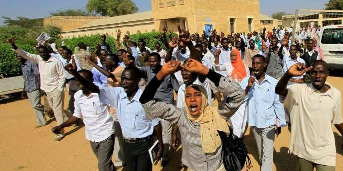 Des étudiants manifestent leur hostilité envers la visite des médiateurs de l'ONU et du Qatar, mercredi.