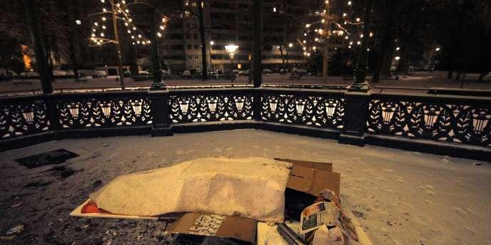 Un sans-abri dort dans les rues de Strasbourg, malgré la neige, dans la nuit de mercredi à jeudi.