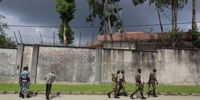 Des militaires patrouillent devant l'enceinte de la Commission électorale indépendante, dans le quartier des Deux plateaux à Abidjan, mercredi 1er décembre.