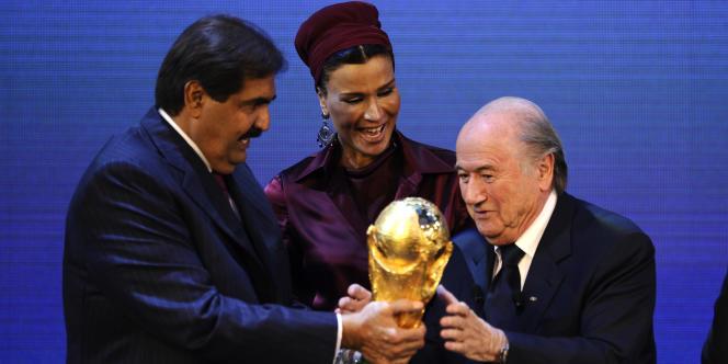 Le cheikh Hamad Ben Khalifa Al-Thani, sa femme Moza Bint Nasser Al-Missned et Joseph Blatter, président de la FIFA, le 2 décembre à Zurich.
