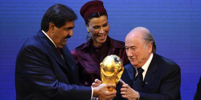 L'émir du Qatar et son épouse reçoivent le trophée de la Coupe du monde des mains du président de la FIFA, le 2 décembre 2010.