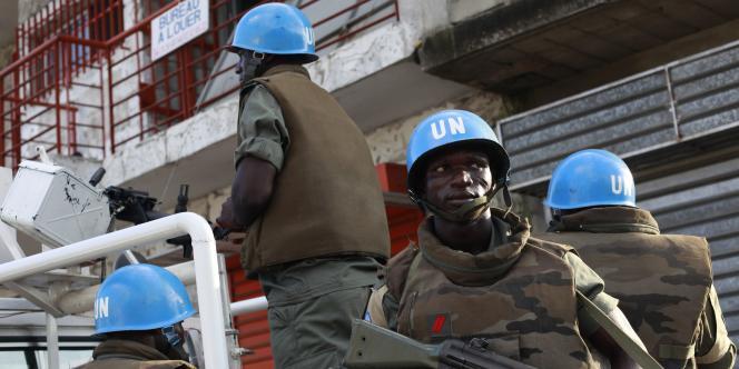 Des Casques bleus togolais en faction à Deux Plateau, près d'Abidjan, jeudi.