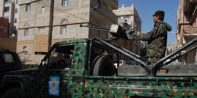 Une patrouille militaire yéménite, en novembre 2010, devant le tribunal à Sanaa lors du procès d'un activiste accusé d'être en lien avec Al-Qaïda.