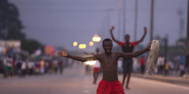 Des partisans d'Alassane Ouattara célèbrent l'annonce de la victoire de l'ancien premier ministre à la présidentielle ivoirienne. Une fête de courte durée, puisque quelques heures après, le Conseil constitutionnel invalidera ces résultats.