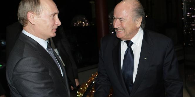 Joseph Blatter, président de la FIFA, félicite jeudi Vladimir Poutine après la désignation de la Russie.