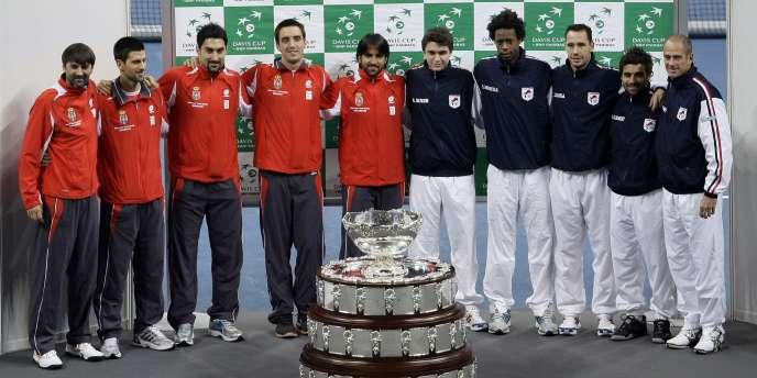 Serbes et Français posent ensemble devant le trophée de la Coupe Davis.