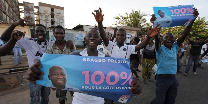 La joie des partisans de Laurent Gbagbo à Abidjan, après la décision du Conseil constitutionnel, vendredi.