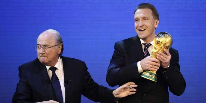 Igor Chouvalov (à droite), vice-premier ministre russe, attrape le trophée de la Coupe du monde des mains du président de la FIFA, Joseph Blatter, le 2 décembre à Zurich.