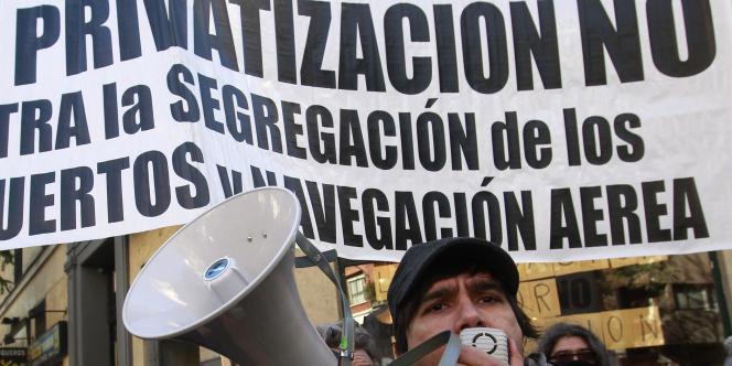 Manifestation à Madrid après l'annonce par le gouvernement de la privatisation partielle d'Aena et de la société publique de loterie.