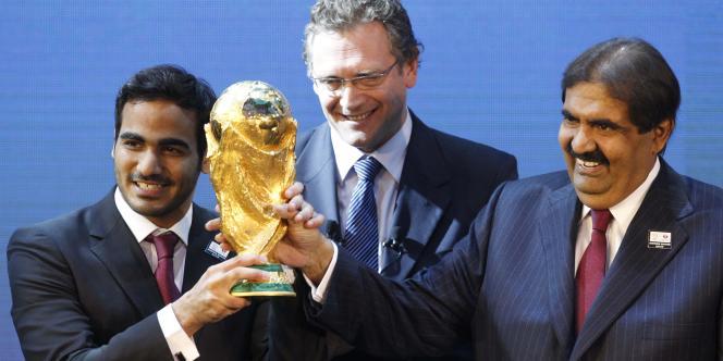 Jérôme Valcke (au centre), ici avec Mohamed Bin Hamad Al-Thani et Hamad Bin Khalifa Al-Thani, membres du comité du Qatar.