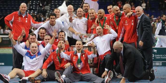 L'équipe de Serbie pose devant le trophée de la Coupe Davis, dimanche à Belgrade.