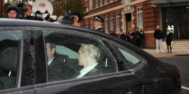 Julian Assange, le fondateur de WikiLeaks, dans la voiture qui l'a mené au tribunal de Westminster, à Londres, le 7 décembre. Il est depuis détenu dans le cadre d'un mandat d'arrêt européen pour viol émis par la Suède.