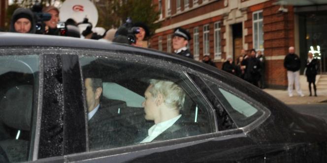Julian Assange, lors de son arrivée au tribunal de Westminster, où une audience préliminaire sur son extradition a lieu ce mardi.