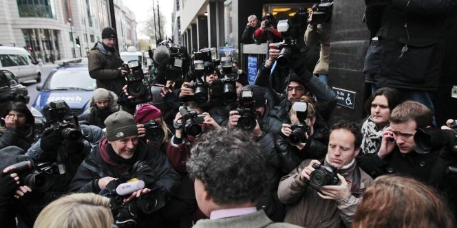 L'avocat de Julian Assange, Mark Stephens, parle à la presse à la sortie du tribunal de Westminster.