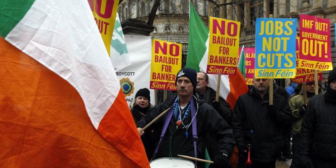 Quelque 300 manifestants se sont regroupés devant le Parlement pendant le discours de Brian Lenihan présentant le budget 2011.