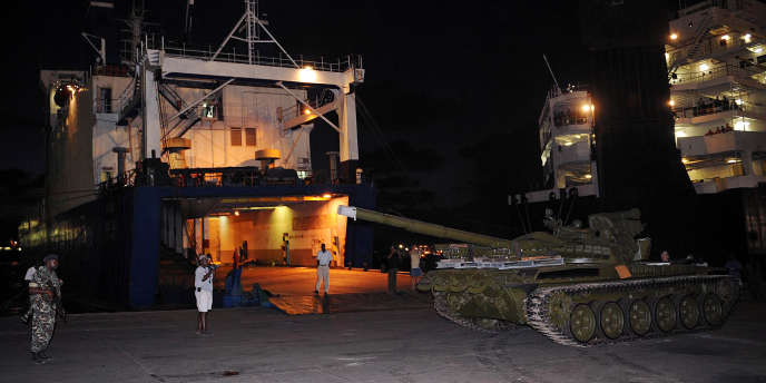 Des chars T-72 dans le port de Mombasa, au Kenya, le 14 février 2009.