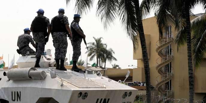 Des chars des Nations unies devant le quartier général d'Alassane Ouattara, qui a été reconnu président élu de la Côte d'Ivoire par la communauté internationale.