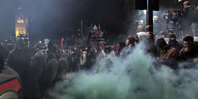 Les manifestations étudiantes contre la hausse des droits d'entrée universitaires en Grande-Bretagne ont été suivies d'affrontements musclés entre manifestants et forces de l'ordre.