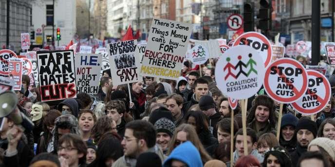 Pour la cinquième fois en un peu plus d'un mois, les étudiants britanniques ont défilé dans les rues contre la hausse des frais d'inscription.