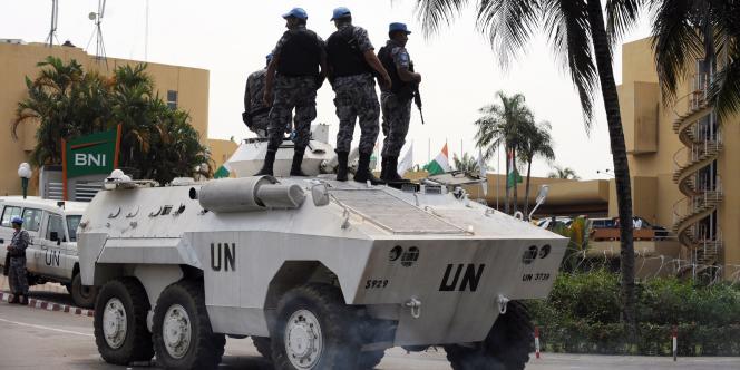 Un blindé de l'ONU stationne devant l'Hôtel du golf à Abidjan, où est réfugié Alassane Ouattara, le 8 décembre 2010.