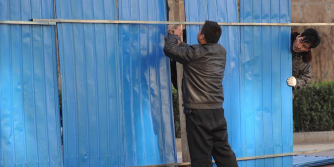 La sécurité a été renforcée à Pékin à quelques heures de la cérémonie, un grand nombre de véhicules de police patrouillant en ville, particulièrement autour de la demeure de M. Liu, de la place Tiananmen et de l'ambassade de Norvège.