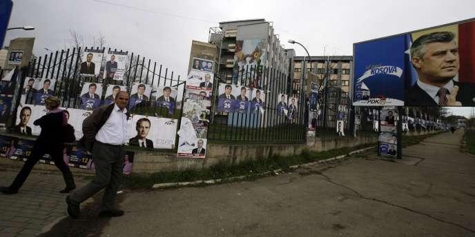 Des affiches électorales dans une rue de Pristina, capitale du Kosovo, le 9 décembre 2010. A droite, le premier ministre sortant, Hashim Thaçi.