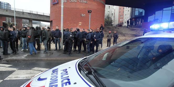 Des policiers manifestent devant le tribunal de Bobigny (Seine-Saint-Denis) contre la condamnation de sept des leurs pour dénonciation calomnieuse, vendredi 10 décembre.