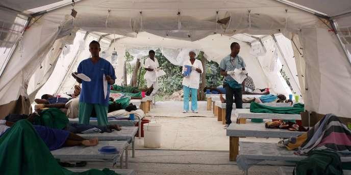 Des patients souffrant du choléra sont allongés sous une tente à port-au-Prince, le 10 décembre 2010.