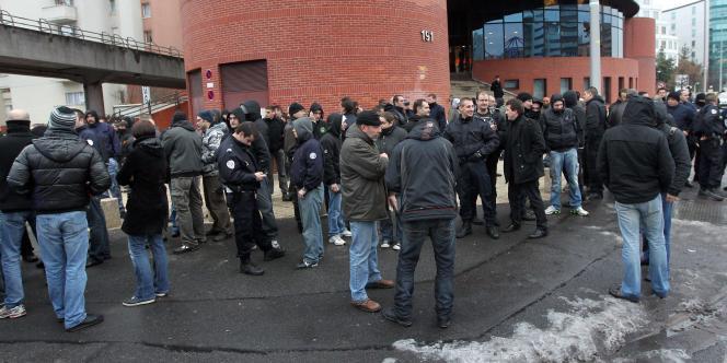 Manifestation de policiers en uniforme et en civil devant le tribunal de Bobigny contre la condamnation de sept des leurs pour