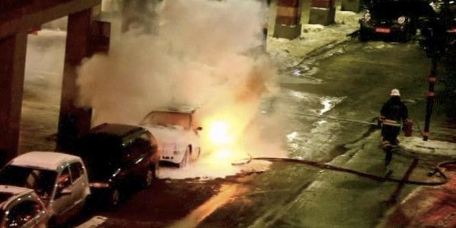 Un pompier éteint l'incendie causé par l'explosion d'une voiture dans le centre-ville de Stockholm, samedi 11 décembre.