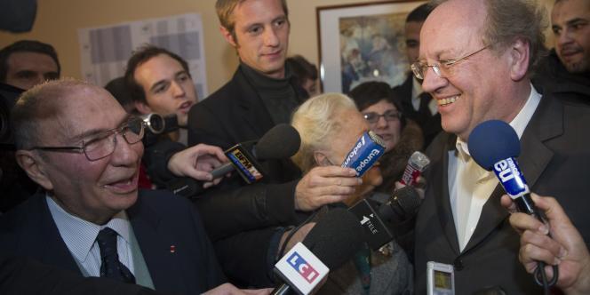 L'ancien maire de Corbeil-Essonnes Serge Dassault (à gauche) s'entretient avec le maire réélu de la ville Jean-Pierre Bechter (à droite) au quartier général de la campagne UMP pour l'élection municipale, le 12 décembre 2010.